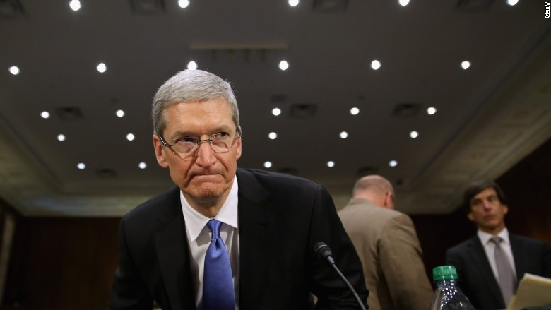 """Apple CEO Tim Cook calls for a """"massive campaign"""" against fake news"""