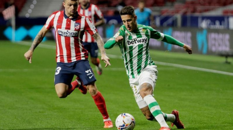 Football: Simeon looks at the Soccer-Atletico box after the tactical switch