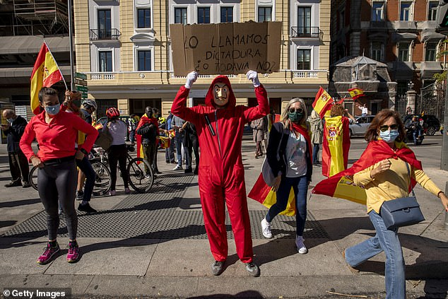 One of the protesters dressed in the TV series 'La Casa The Babel' (Money Heist) asked, 'Should we call this dictatorship or not?' During the second wave of the Covit-19 epidemic during a motorcade with the Spanish government against Pasio de la Castellana on National Day in Spain