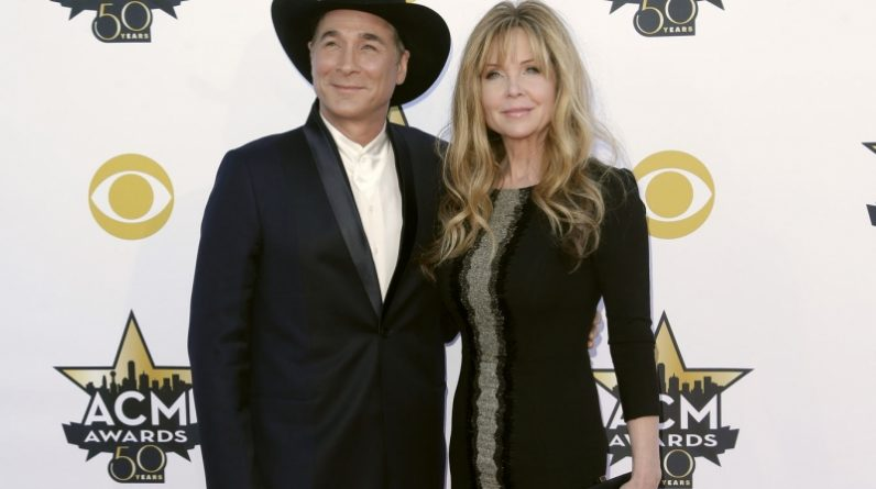 Snow Owls Clint Black, Lisa Hartmann Black 'Masked Singer'