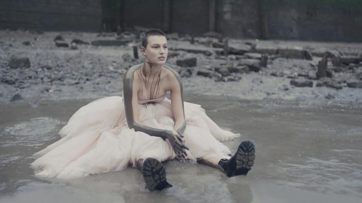 Un mannequin portant une robe de la collection printemps-été 2021 d