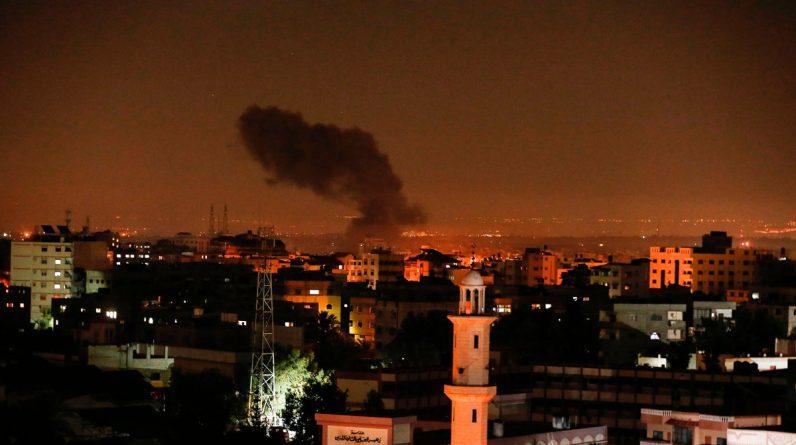 Røyk og flammer stiger opp fra Gaza natt til lørdag. På bildet ses et av målene som ble rammet av det israelske gjengjeldelsesangrepet.