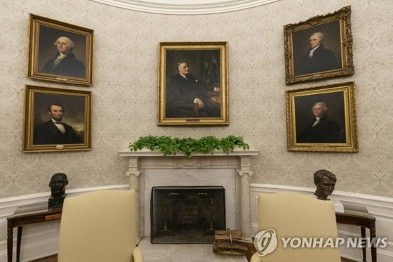 Former President Franklin D. Roosevelt decorates the fireplace center in the White House office.  Roosevelt's picture.  The portraits of George Washington's first president, former president Abraham Lincoln, third president Thomas Jefferson, and later Treasury secretary Alexander Hamilton were placed in pairs. [AP=연합뉴스]