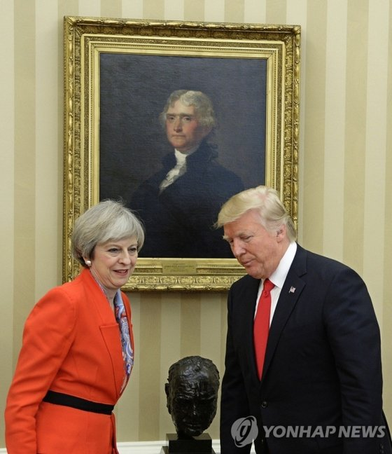 On January 27, 2017, U.S.  President Donald Trump (right) talks with former British Prime Minister Theresa May about Winston Churchill's bust at the White House office in Washington, DC. [EPA=연합뉴스]