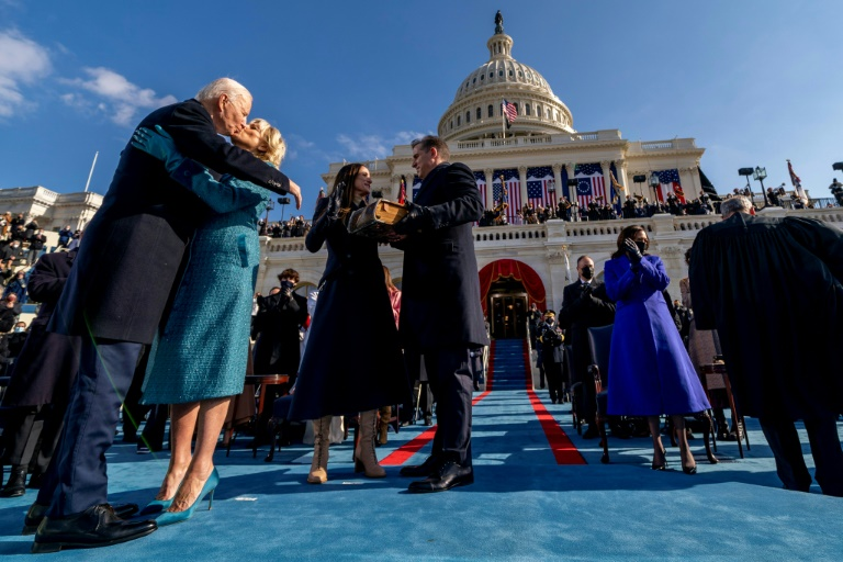 US President Joe Biden is sworn in in Washington on January 20, 2021 and kisses his wife Jill