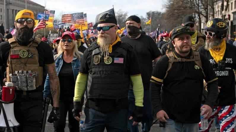 Les Proud Boys, groupe d'extrême droite et anciens partisans de Trump, se moquent désormais de l'ex-président dans des messages