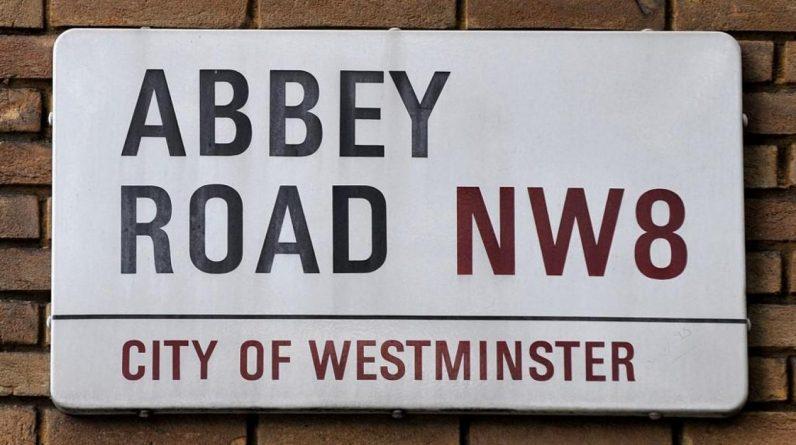 Clou de la vente, le panneau de la célèbre rue où se trouvait le studio d'enregistrement des Beatles pourrait dépasser les 5000 livres sterling (5750 euros). (Photo CARL DE SOUZA / AFP)