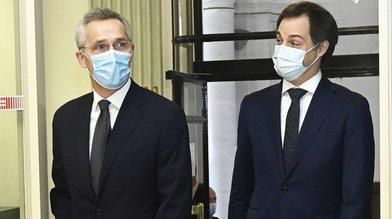Le secrétaire général de l'OTAN, Jens Stoltenberg, et le Premier ministre belge Alexander De Croo au quartier général de l'OTAN à Bruxelles le 4 février.