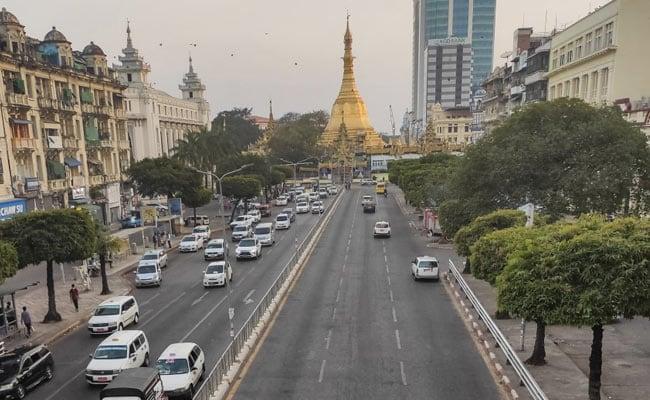 म्यामां में रातभर रहे इंटरनेट ब्लैकआउट के बाद तख्तापलट के खिलाफ सड़क पर उतरे सैकड़ों लोग