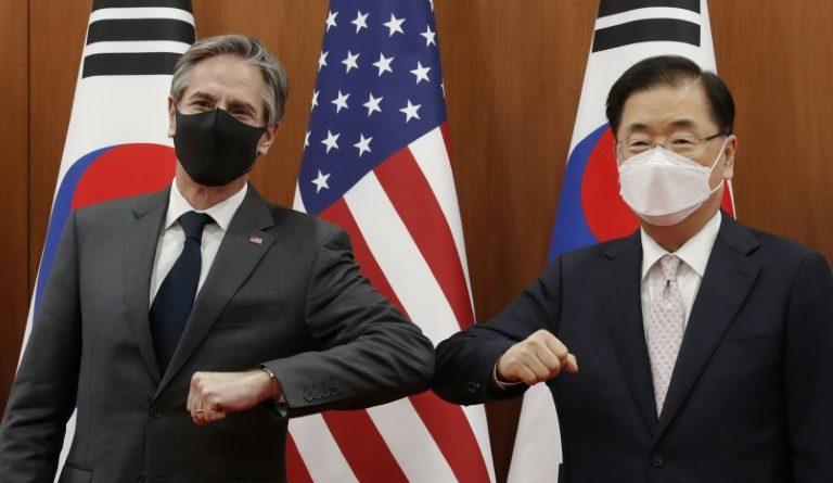 Le secrétaire d'Etat américain Antony Blinken (g) et le ministre sud-coréen des Affaires étrangères Chung Eui-yong (d) avant leur réunion le 17 mars 2021 à Séoul (POOL/AFP - Lee Jin-man)