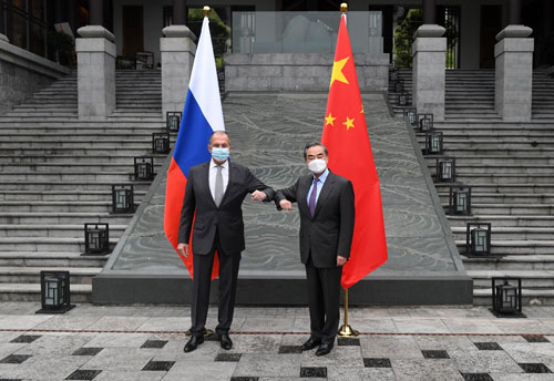 Interactive photo arrangement for foreign ministers of China and Russia