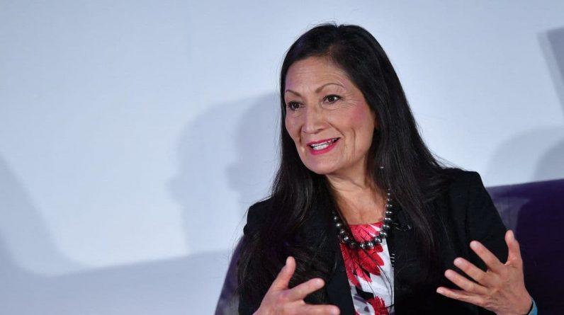 Feu vert du Sénat pour Deb Haaland, première personne amérindienne à devenir ministre aux Etats-Unis