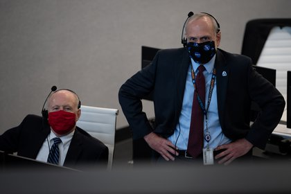 Ken Powersox, Executive Director of NASA's Unmanned Space Mission and Steve Zurzik, Executive Director during NASA / Joel Kovsky / REUTERS