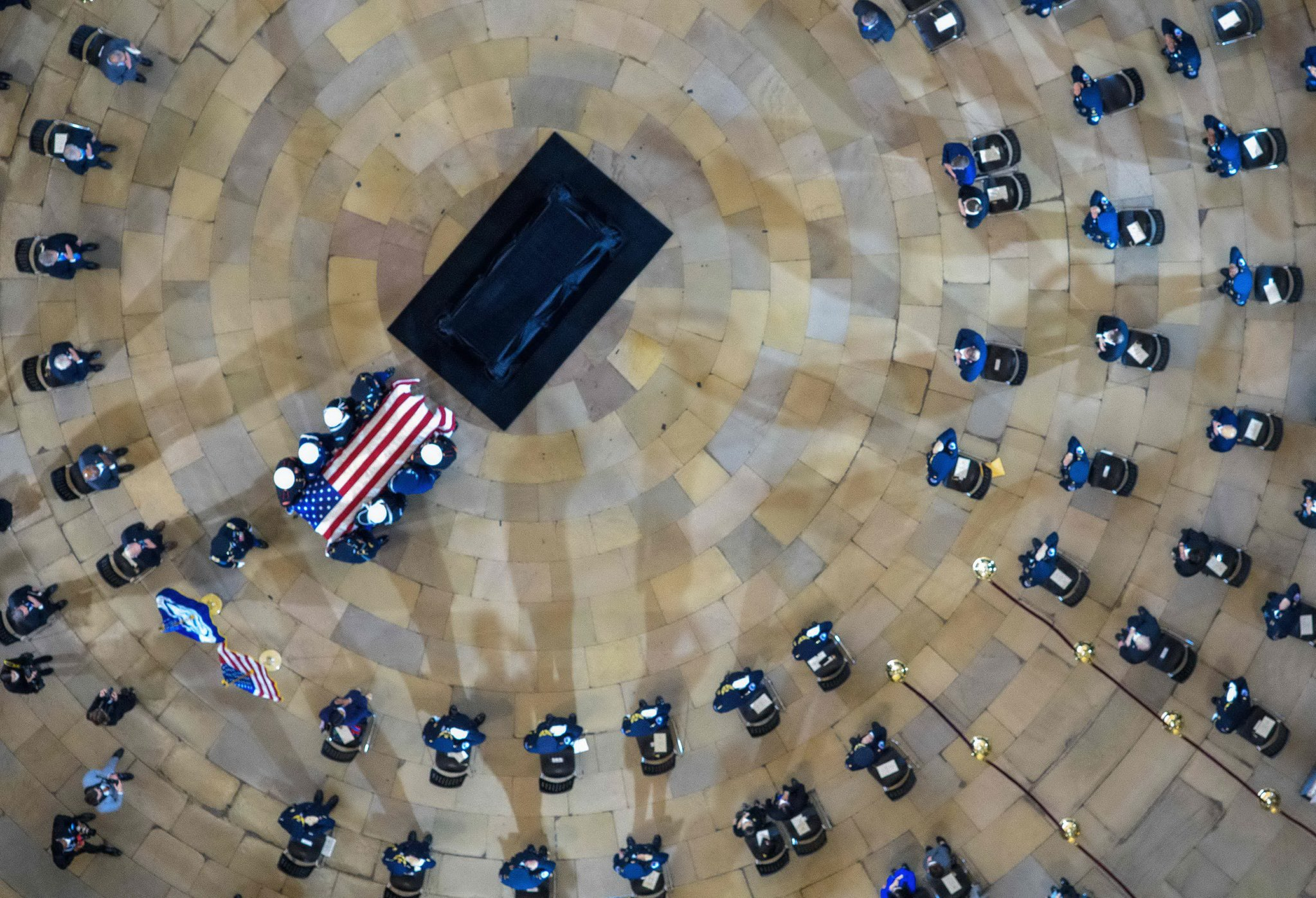 The coffin of Officer Evans is in the middle of the Rotunda Hall of the Federal Capital where the memorial service was held.  The commemoration of the coffin in the Capitol is one of the highest honors of the US Congress in honor of the dead.  AFP = Yonhop News