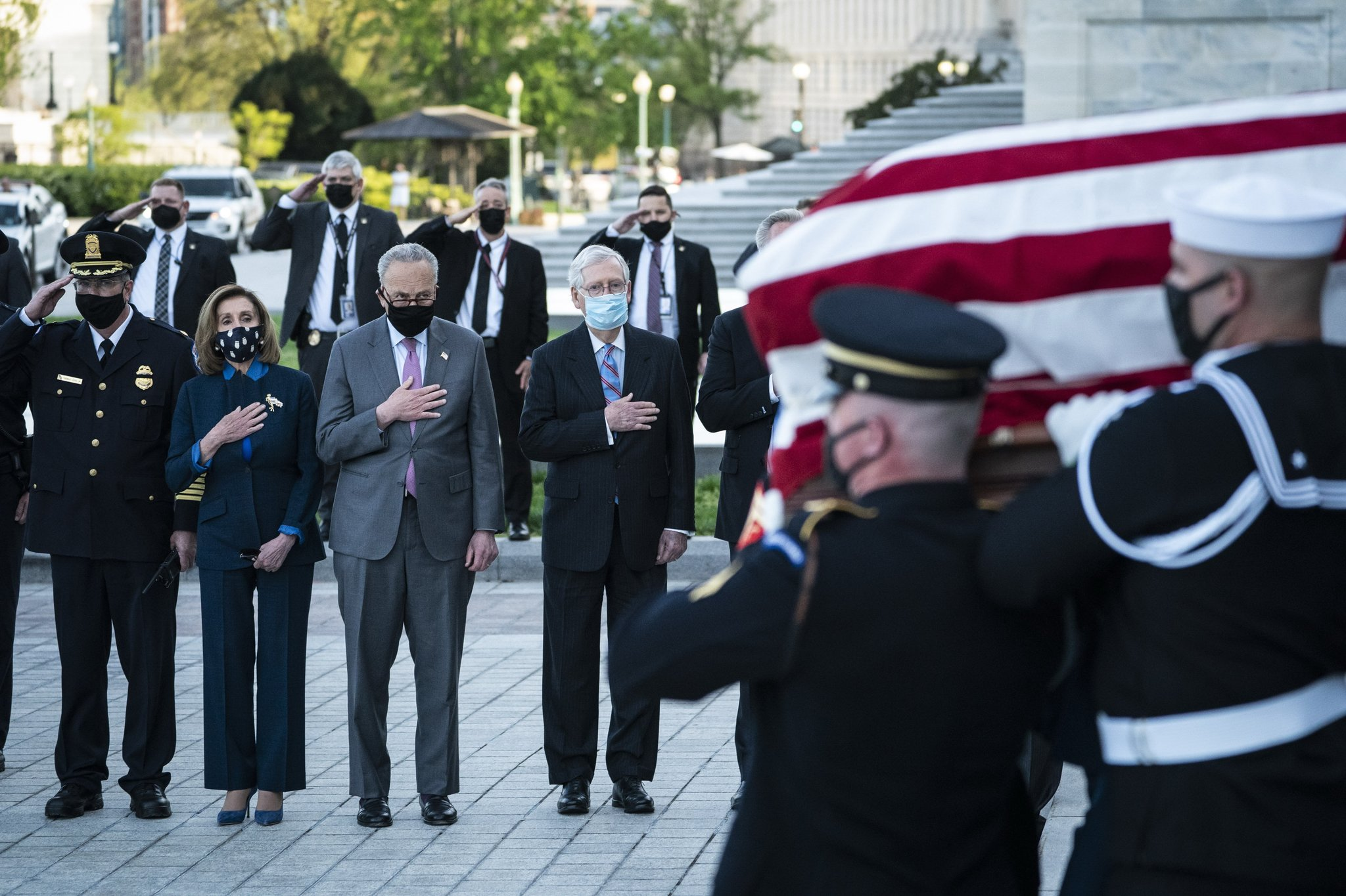 Leaders of the U.S. Congress, including House Speaker Nancy Pelosi, Senate Democrat Chuck Schumer, and Senate Republican leader Mitch McConnell (second from left) also attended Officer Evans' memorial service.  AP = Yonhop News