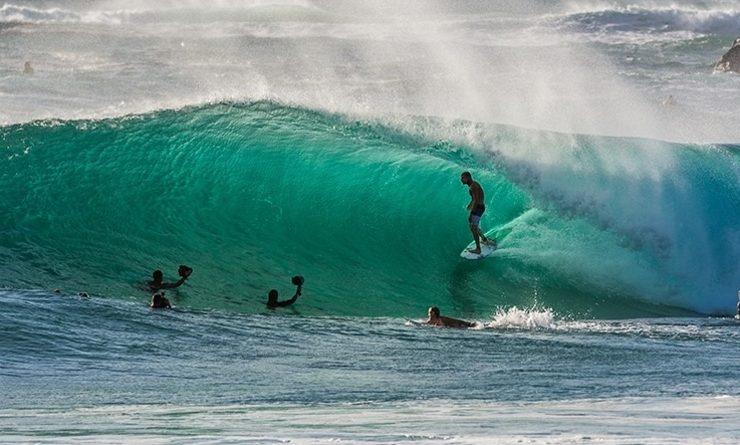 Surfeur surfant la vague à Sydney