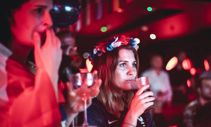 Une supportrice de l'équipe de France dans un bar