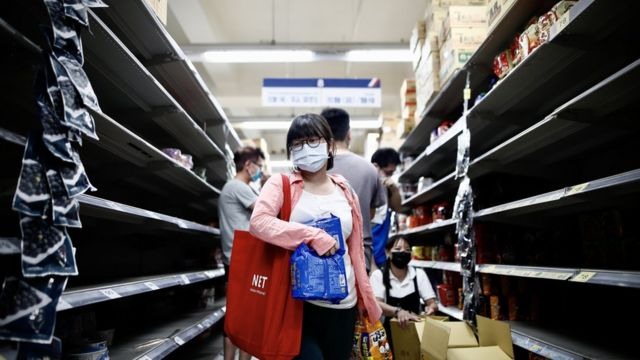 Taipei citizens rushed to the supermarket to buy daily necessities.