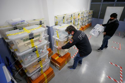May 15, 2021 Electoral workers carry ballot boxes with ballots in Valparaராசso, Chile.  REUTERS / Rodrigo Carrido