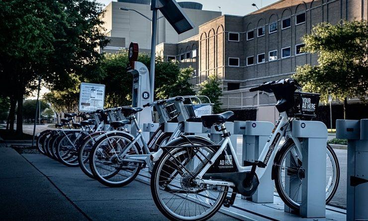 Une rangée de vélos électriques
