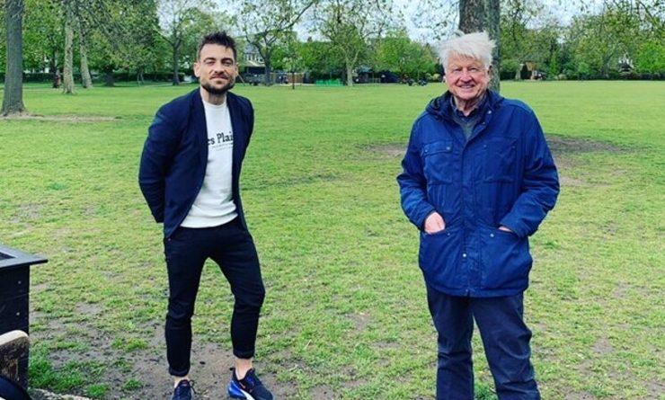 Stanley Johnson et Luther Beaumont sont debouts dans un parc.