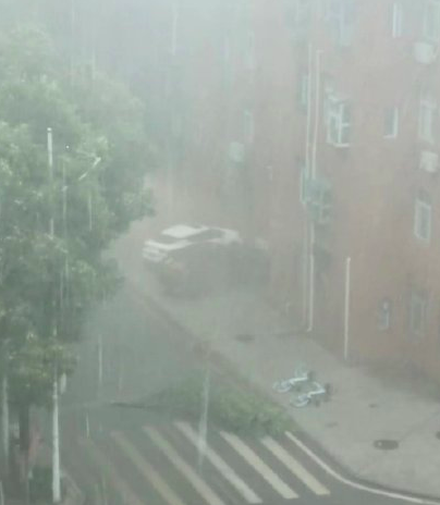 On the afternoon of May 10, the sky in Wuhan suddenly turned dark, followed by heavy rain.  (Weibo Image)