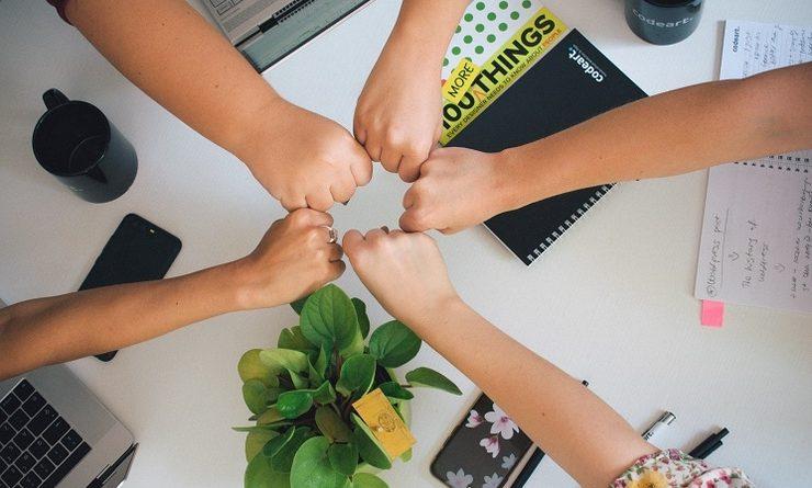 5 poings joints ensembles en signe de solidarité