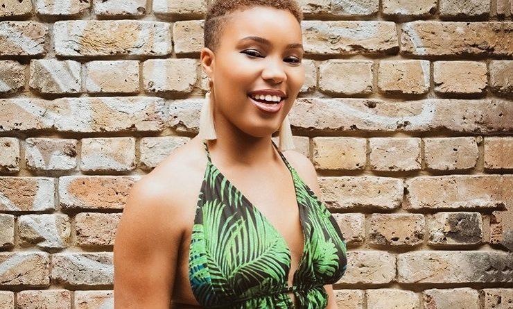 Lina Lothaire pose en souriant