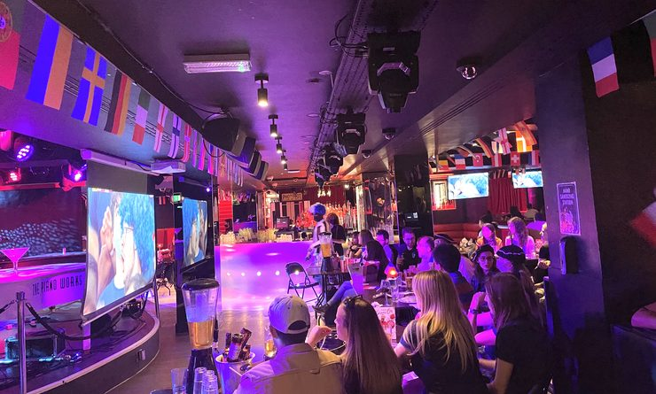 Des fans dans un bar les yeux rivés sur l'écran