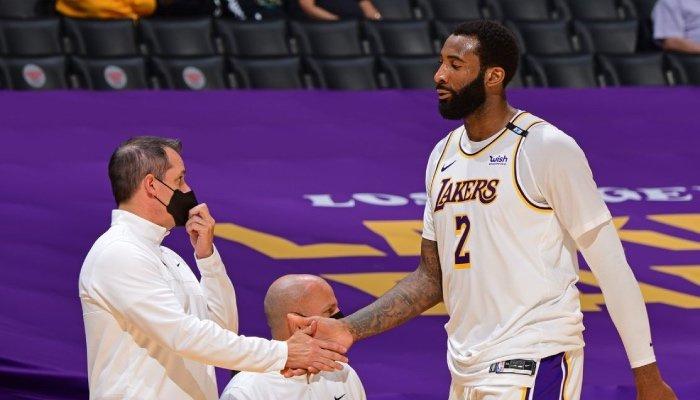 Le pivot NBA des Los Angeles Lakers, Andre Drummond, tape dans la main de son entraineur, Frank Vogel, au moment de rejoindre le banc