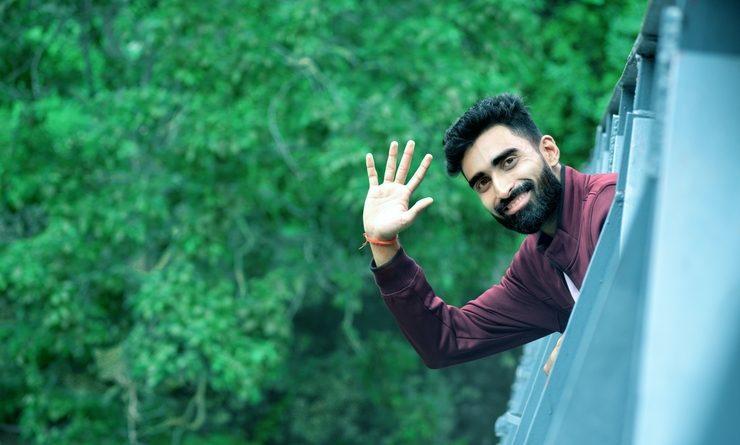 Un homme fait signe en partant