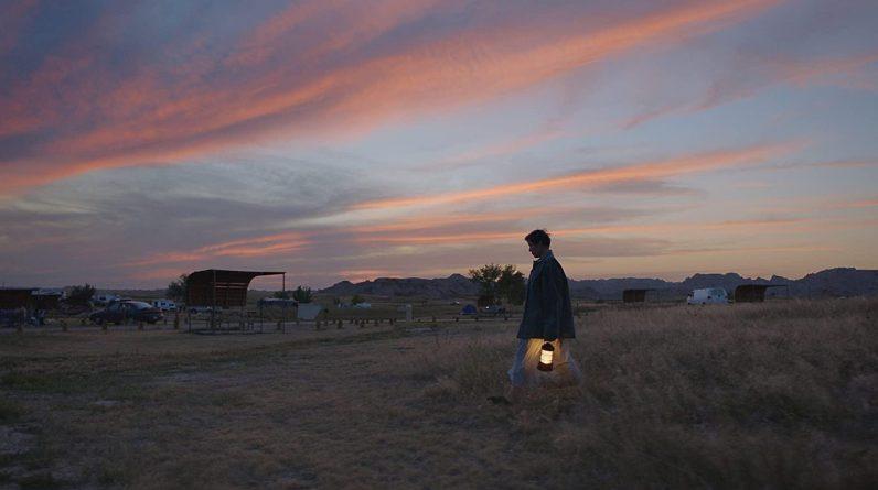 Frances McDormand, crépuscule sur un camp de nomades.