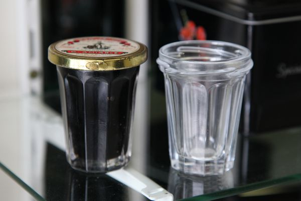 Bar-le-Doug, July 30, 2021: Two pots similar to the pieces found by archaeologists in Texas.  One on the left, the oldest, is a cork typical of the 1880s, printed on the screen with the name of former manager Monsieur Amebial.