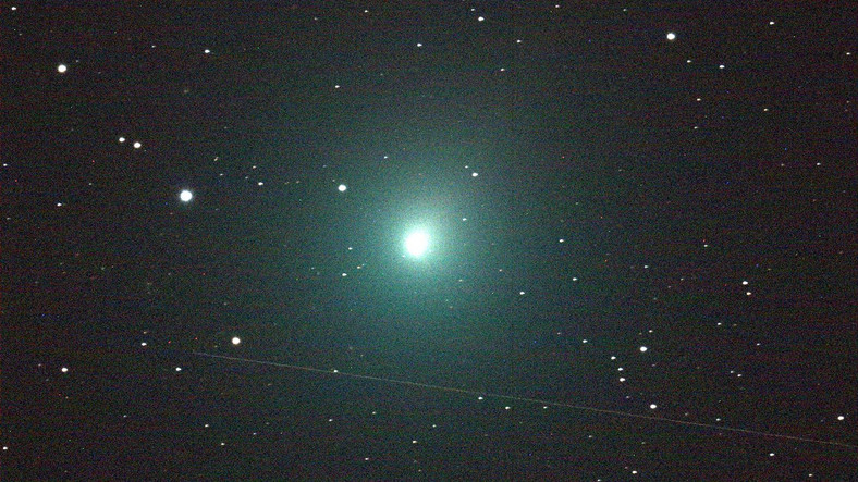In December 2018, the comet 46b / Virtanen passed just 12.8 million km (30 times more than the Moon) by Earth.  This is the pass of the nearest comet to Earth in several hundred years