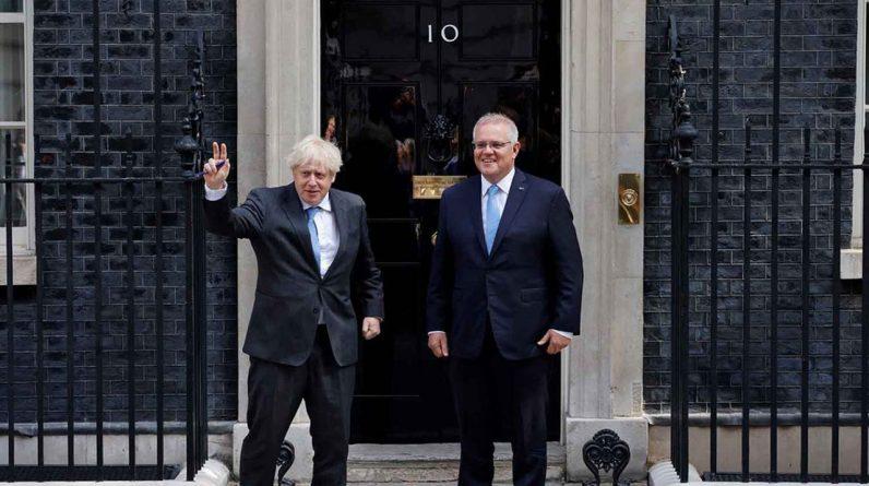 Boris Johnson et le Premier ministre australien Scott Morrison devant le 10 Downing street. (Photo by Tolga Akmen / AFP)