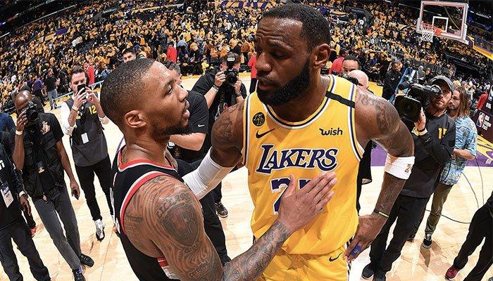 Damian Lillard et LeBron James à l'issue du match NBA opposant les Portland Trail Blazers aux Los Angeles Lakers
