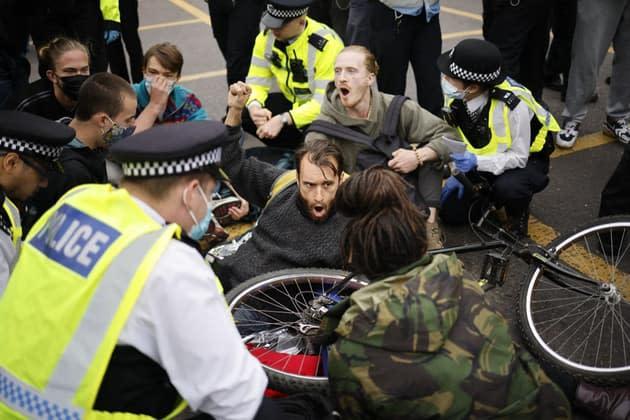 Destructive insurgency environmental activists block the Tower Bridge