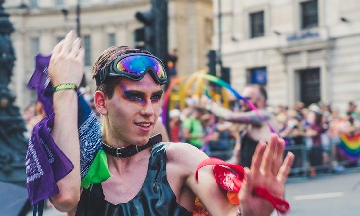 Un homme maquillé aux couleurs du drapeau pansexuel durant une Pride de Londres