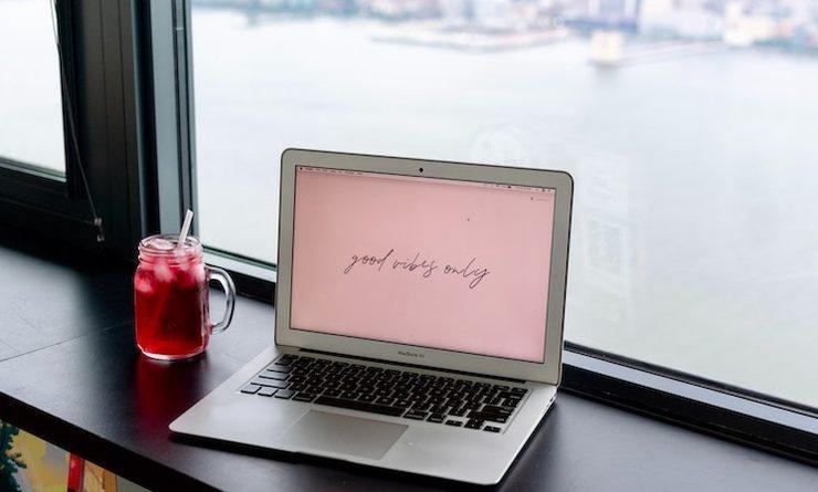 Un ordinateur avec vue sur la Tamise à Londres