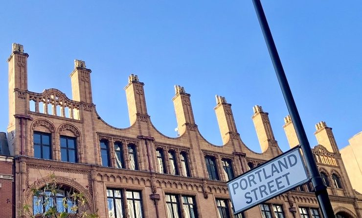 Une magnifique rue de Manchester avec un bâtiment en briques