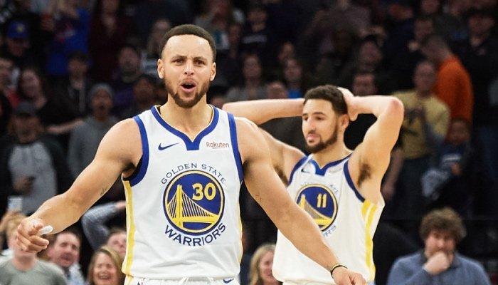 Les superstars NBA des Golden State Warriors, Stephen Curry et Klay Thompson, incrédules devant l'identité du 3ème Splash Brother qui se dégage dans la franchise