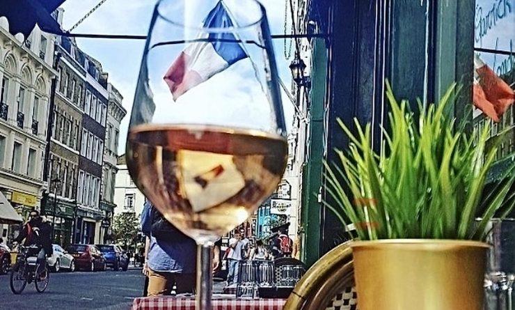 La belle terrasse du restaurant Le Garrick à londres avec un verre de rosé posé sur la table