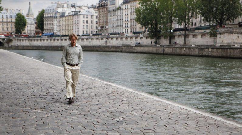 Owen Wilson dans «Minuit à Paris», sur les quais, rêvant des années 1920.