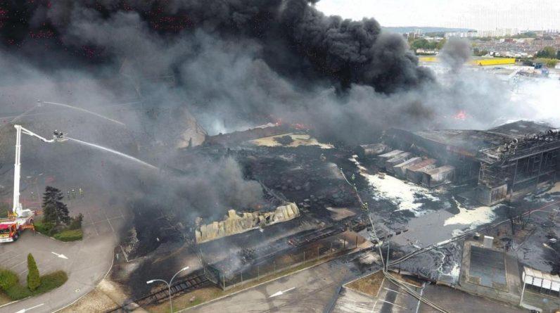 Dans cet énorme incendie à Rouen, survenu le 26 septembre 2019 sur un site de lubrifiants automobiles classé Seveso seuil haut, près de 10.000 tonnes de produits chimiques avaient brûlé, tandis qu'un immense nuage de fumée noire de 22 km de long s'était formé.