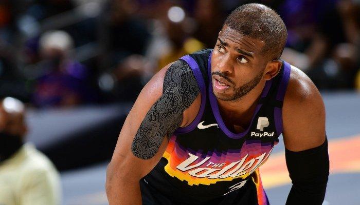 La superstar NBA des Phoenix Suns, Chris Paul, attentive face au conseil folklorique proposé par Nick Young