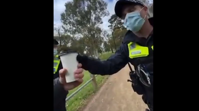 A policeman stops a passerby to see if he has coffee in his cup (video) - RT in French
