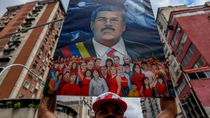 Un homme brandit un portrait du président vénézuélien Nicolás Maduro durant la «Journée de la résistance indigène», célébrée le 12 octobre au Venezuela.