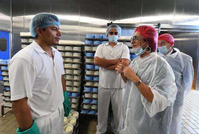 Des travailleurs afghans indispensables à la fromagerie Chavegrand de Maison-Feyne (Creuse)