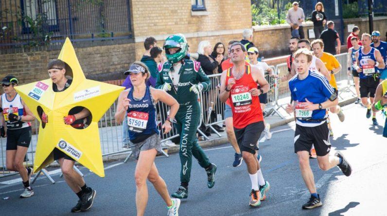 F1 - Il participe au marathon de Londres avec la combinaison et le casque de Lance Stroll