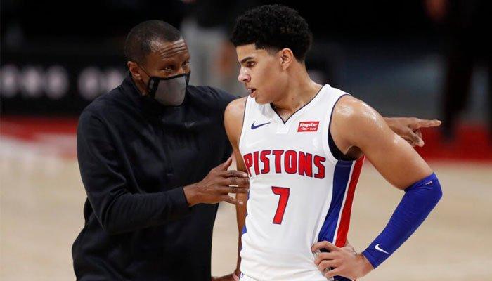 Killian Hayes avec son coach aux Pistons Dwane Casey
